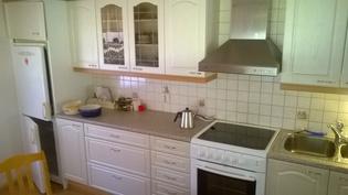 Siistit keittiön kaapit ja koneet