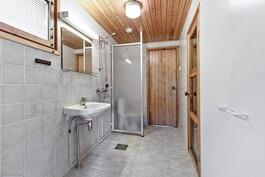 keskikerroksen suihku- ja pesuhuone