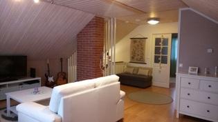 Yläkerran olohuone ja aula