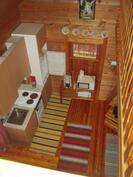 Hirsimökin alakertaa. Alakerrassa myös pieni mh, ph ja sauna
