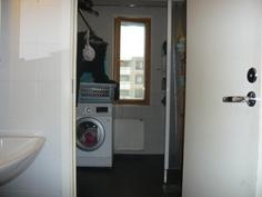 ensin wc ja kylpyhuone perällä