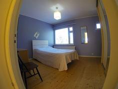 Makuuhuone, oikealla tilava kaapisto peilillä.