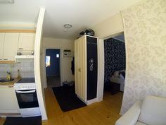 Näkymä keittiöstä eteiseen. Taustalla makuuhuone. Oikealla olohuone.
