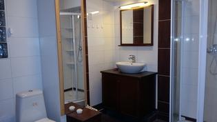 Päätyhuoneiden välissä on kylpyhuone/wc, pesukoneliitäntä.