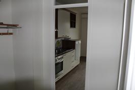 Kuva eteisestä keittiöön, kaikki pinnat uusittu