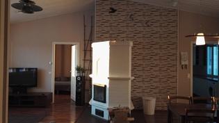 Olohuone, keittiö ja takka-leivinuuni