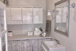 Kylpyhuoneessa  hyvin tilaa pyykinpesukoneelle, kuivausrummulle, kalusteille ja vaikka ammeelle