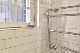 Kylpyhuoneessa myös ikkuna sekå kuivauspatteri