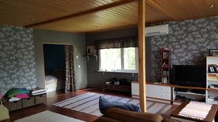 Makuuhuoneen ovi olohuoneesta, kuvattu alkovin suunnalta