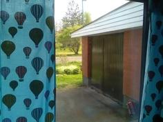 Autotalli keittiön ikkunasta