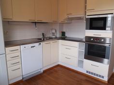 Keittiössä jääkaappi/pakastin, tiskikone, uuni, liesi, mikroaaltouuni