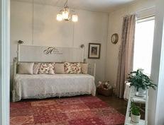 Mh ( vierashuoneen) joka on yhdistetty toiseen Makuuhuoneeseen