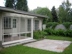 Takapihalla on lasitettu veranta, jossa lämmityslaite