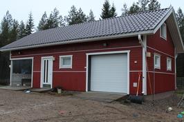 Piharakennus, jossa autotalli ja autokatos, varastotiloja, puuliiteri ja yläkerrassa 2 huonetta
