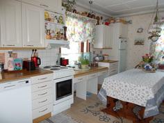 Näkymä keittiöön olohuoneen ovelta