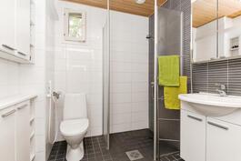 Yläkerran wc- ja suihkutila
