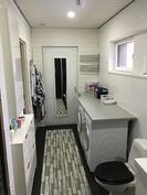 Pesuhuone kuvattuna ulko-ovea kohti