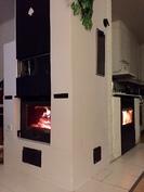 Olohuoneen puutakka ja keittiön pellettitakka