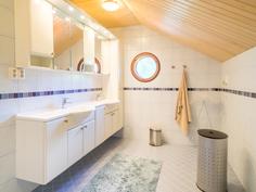 Makuuhuoneen yhteydessä oleva kylpyhuone