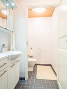 Pohjakerroksen makuuhuoneen yhteydessä oleva kylpyhuone