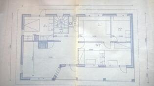 Yläkerta (olohuoneen väliseinän muoto poikkeaa alkuperäisestä).