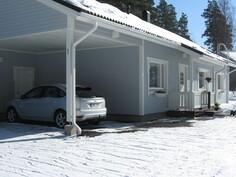 Talvikuva talon edestä