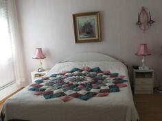 Makuuhuone, josta pääsy vaatehuoneeseen