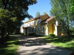 Rakennus ja puistomainen etupiha