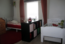 Yläkerran iso makuuhuone on jaettu kahdelle