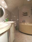 Ison makuuhuoneen kylpyhuone