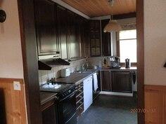Näkymä takkahuoneesta keittiöön