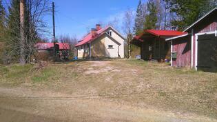 Vasemmalta piharakennus, talo, 2 leikkimökkiä, autotalli/varasto