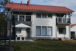 Takajulkisivu, paviljonki vasemmalla kuvassa