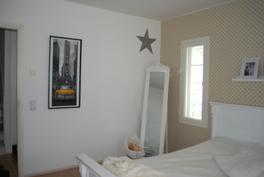 alakerran 12,4m2 makuuhuone, huoneessa 2 tuuletusikkunaa