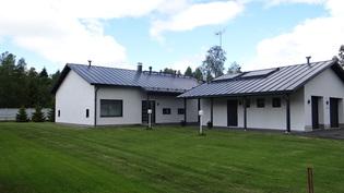 Jämerä-kivitalo, konesaumapeltikatto ja aurinkolämmitys lisänä ilma/vesilämpö pumppuun yhdistettynä