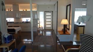 Esteetön väljä sisääntulo aula ja runsaasti kaappitilaa, laadukas  täyskiiltävä laattalattia,