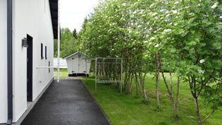 Kodinhoitohuoneesta käynti piha-alueelle, jossa rts-pyykkkitelineet ja puutarha/ puuvarasto