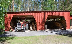 Puu- ja varastokatos, takana kaksi 6x6m koiratarhaa