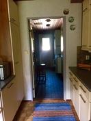 Keittiöstä pääsee kodinhoitohuoneeseen ja kylpyhuoneeseen
