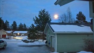 Talvinen kuutamo. Kuva itäänpäin.
