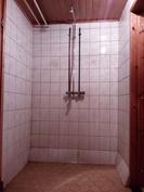 Kylpyhuone, suihkua vastapäätä ikkuna etelään