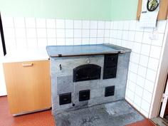 Puuliesi ja halkolaatikko keittiössä