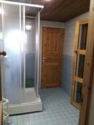 Pesuhuoneesta ovi takaterassille