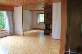 Näkymä keittiöstä olohuoneeseen ja takkahuoneeseen