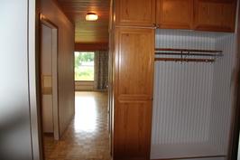 Näkymä pienen makuuhuoneen ovelta eteiseen ja käytävään