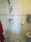 Päämakuuhuoneen WC/suihkutila.