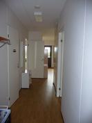 Eteiskäytävä, vasemmalla keittiö, edessä olohuone ja makuuhuone oikealla