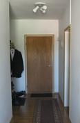 Sisäänkäynti: vasemmalla wc/kylpyhuone ja oikealla yksi makuuhuoneista.