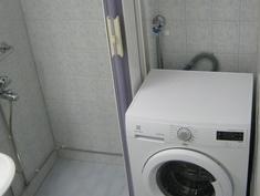 Kylpyhuoneeseen mahtuu suurenkin perheen pyykit hoitava pesukone.