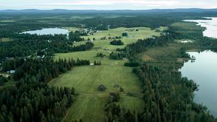 Kylää Venäjältä päin kuvattuna järvien välissä